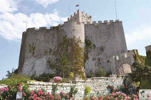del Castelvecchio risalente al X secolo, di cui sono ancora visibili le rovine su uno sperone roccioso a picco sul mare.