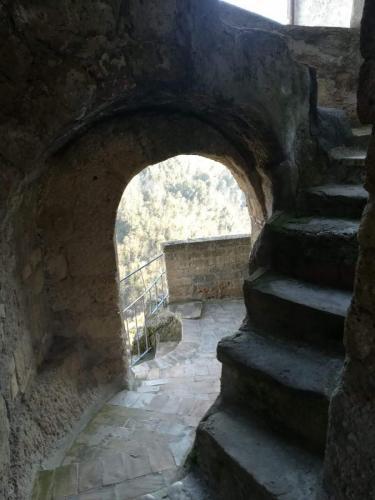 calcata-scalini-grotta